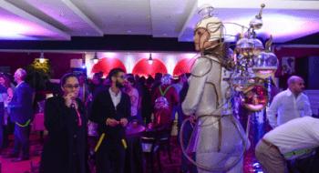 Porteuse de Champagne soirée d'entreprise futuriste